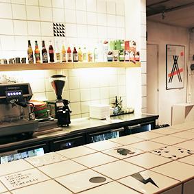 Fra fotoshoot på LYNfabrikken i Aarhus, hvor Tile Junkie dekorerede fliserne i baren.
