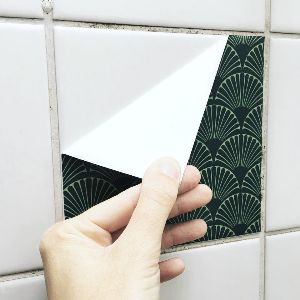 Opgrader dit badeværelse med heldækkende flisestickers fra Home Junkie