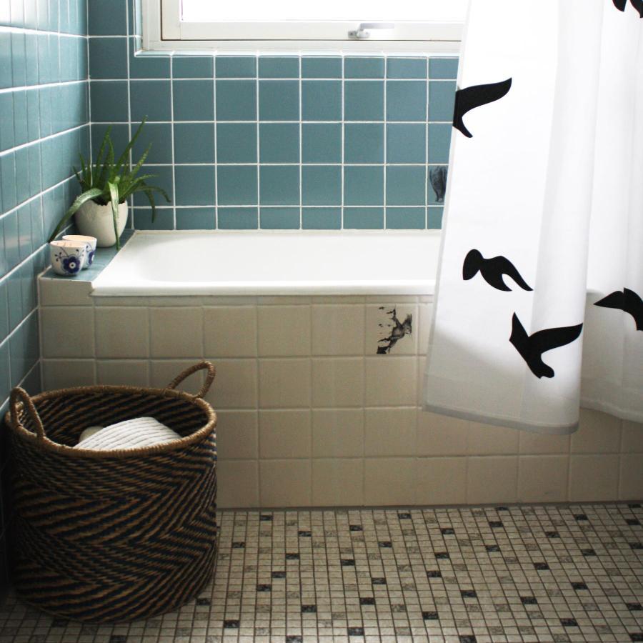 Lad fuglene flyve frit i badeværelset med et smukt badeforhæng fra Home Junkie