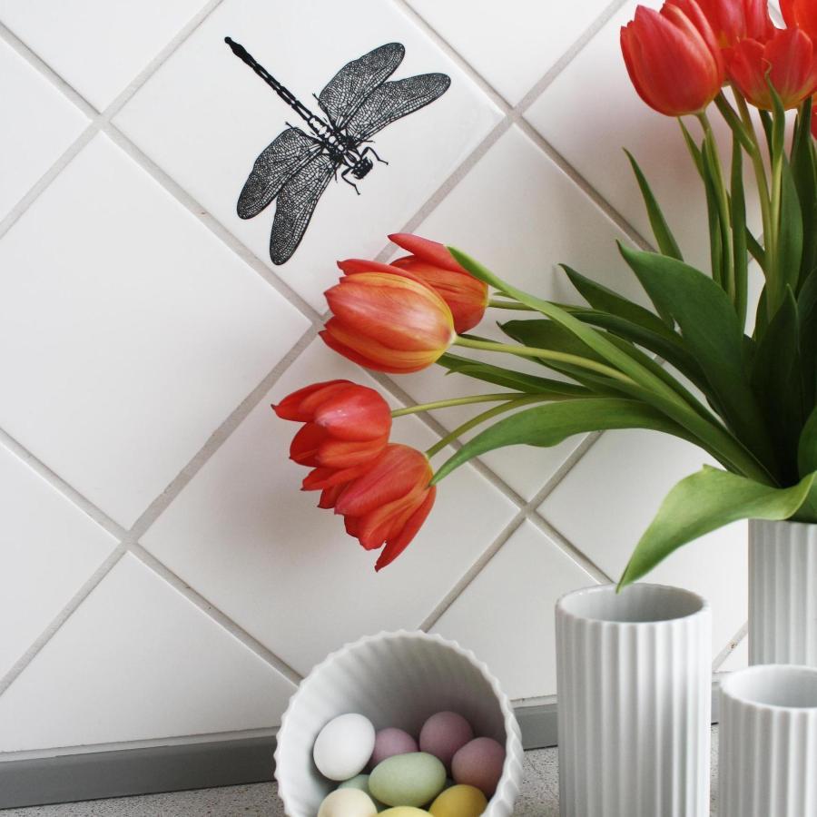 Køkkenfliserne er her dekoreret med en fin guldsmed sticker fra Home Junkie