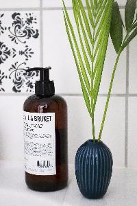 En enkelt romantisk sticker og lidt grønt på badeværelset pynter gevaldigt