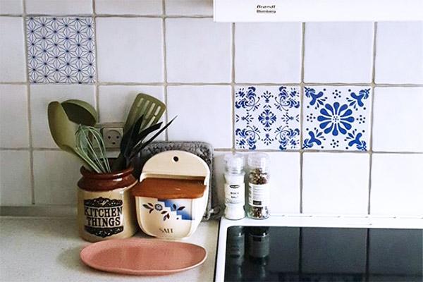 Klassiske blå mønstre på fliserne - så lidt skal der til for at ændre udtrykket i dit køkken!
