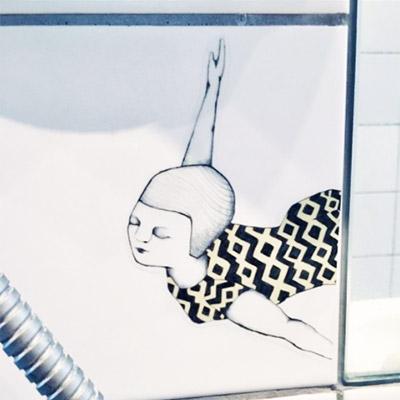 Med denne skønne badenymfe i frit fald kan du sætte et lille kunstværk på dine fliser