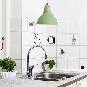 Køkkenfliserne er her dekoreret med fine stickers fra Tile Junkie