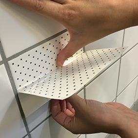 Det er nemt og hurtigt at sætte folien fra Tile Junkie op på fliserne.
