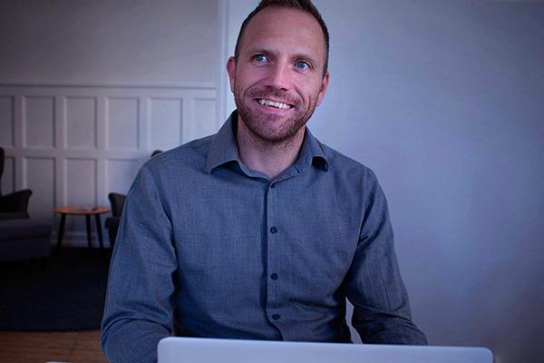 Grafisk designer Thomas Kristensen er manden bag vores smukke blomsterstickers og de herlige citater fra Friends.står bag den fine flisepynt blade og fjer